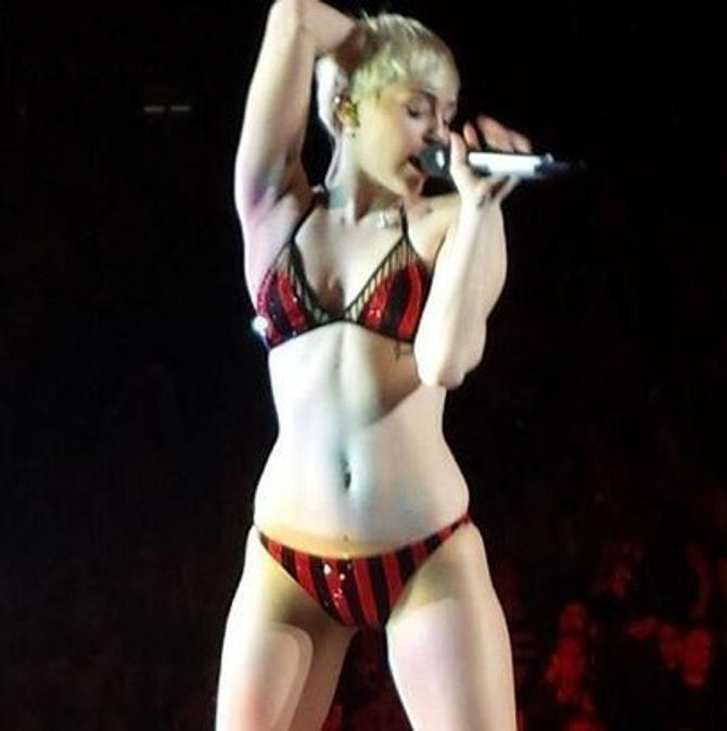 Miley Cyrus en sous-vêtements sur scène