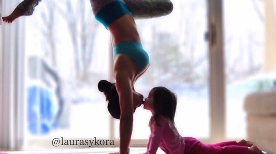 Mamma, facciamo yoga? Le tenere immagini di una bimba che fa yoga insieme alla mamma