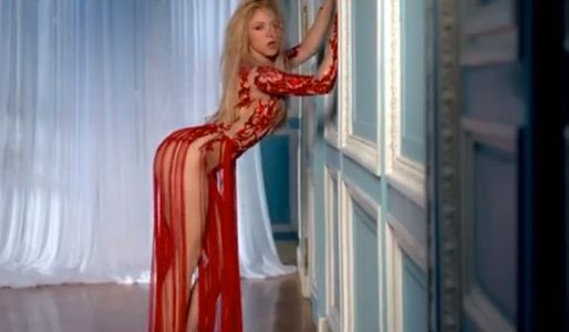 Shakira is showing that wall a good time