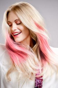 'Ombré-Effekt' mit Pink in hellblondem Haar