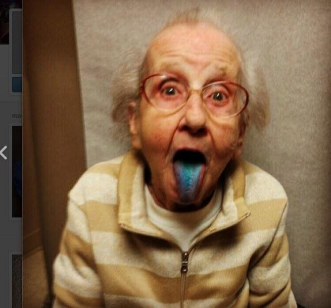 Betty Simpson maîtrise le tirage de langue comme Miley Cyrus