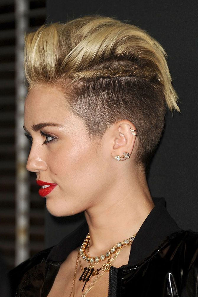 Miley Cyrus mit Ohrpiercing