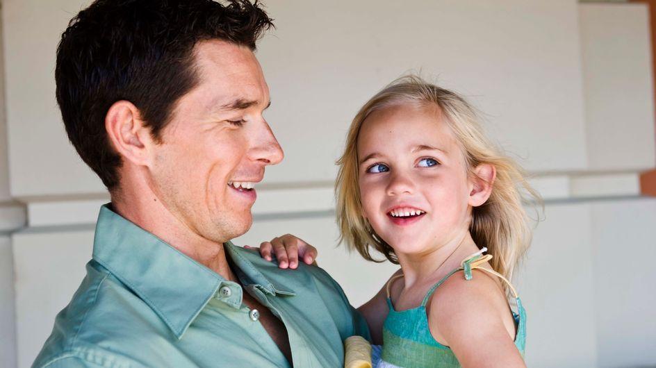 Il fait promettre à sa fille de ne jamais sortir avec un garçon. Regardez sa réaction ! (Vidéo)