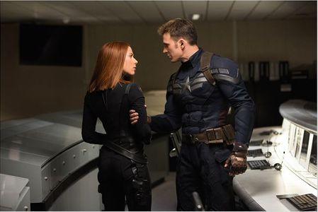 Scarlett Johansson et Chris Evans dans Captain America 2