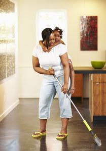 Allier ménage et sport avec son enfant, le bon plan ?