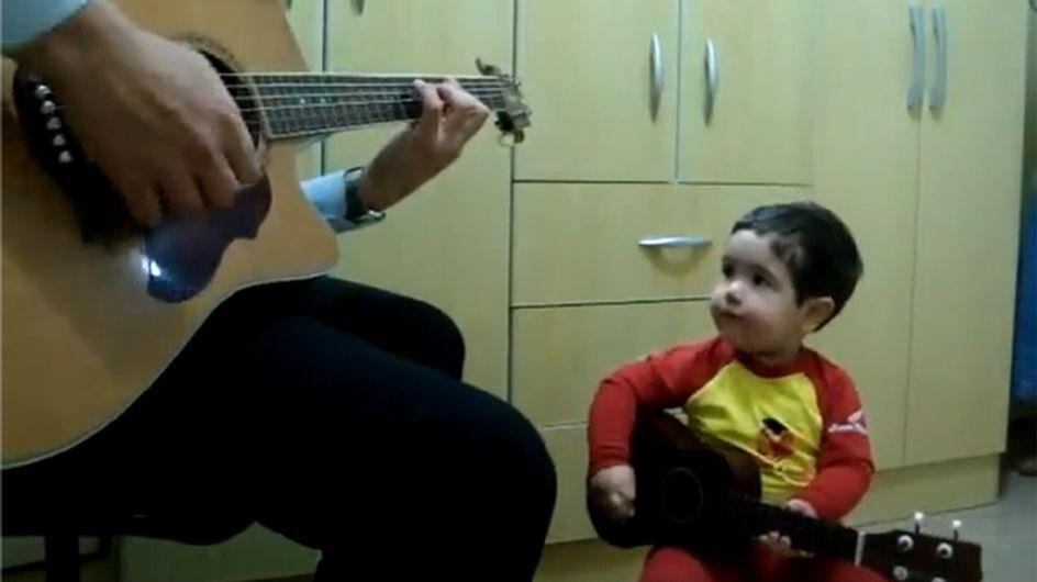 Un niño de 2 años canta The Beatles con su padre
