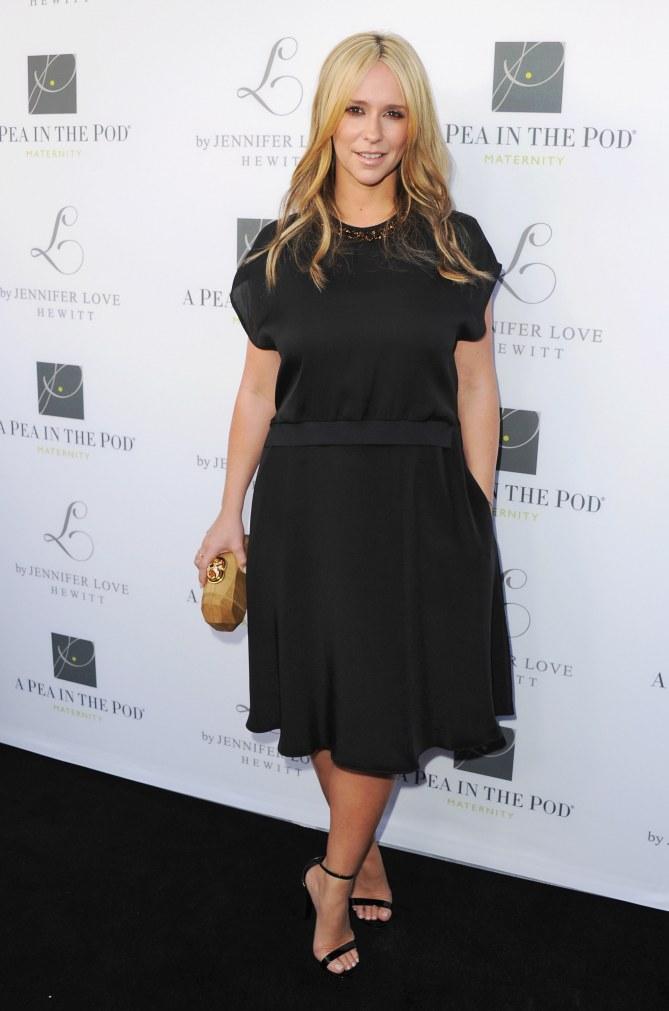 Jennifer Love Hewitt blonde pour le lancement de sa collection