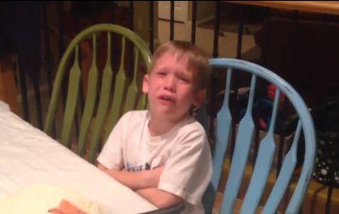 Un garçon en larmes à l'annonce d'une petite soeur