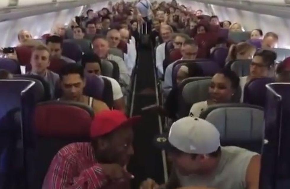 La troupe du Roi Lion leur a offert le meilleur voyage en avion de leur vie (Vidéo)