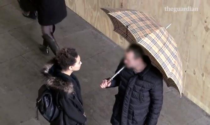 Elle drague les mecs dans la rue avec insistance pour dénoncer le sexisme
