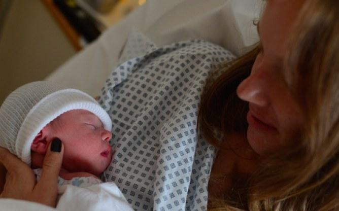 Employée chez Twitter, elle décide de livetweeter  pendant son accouchement