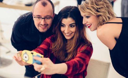 La youtubeuse Kihouu entourée des coiffeurs L'Oréal Professionnel