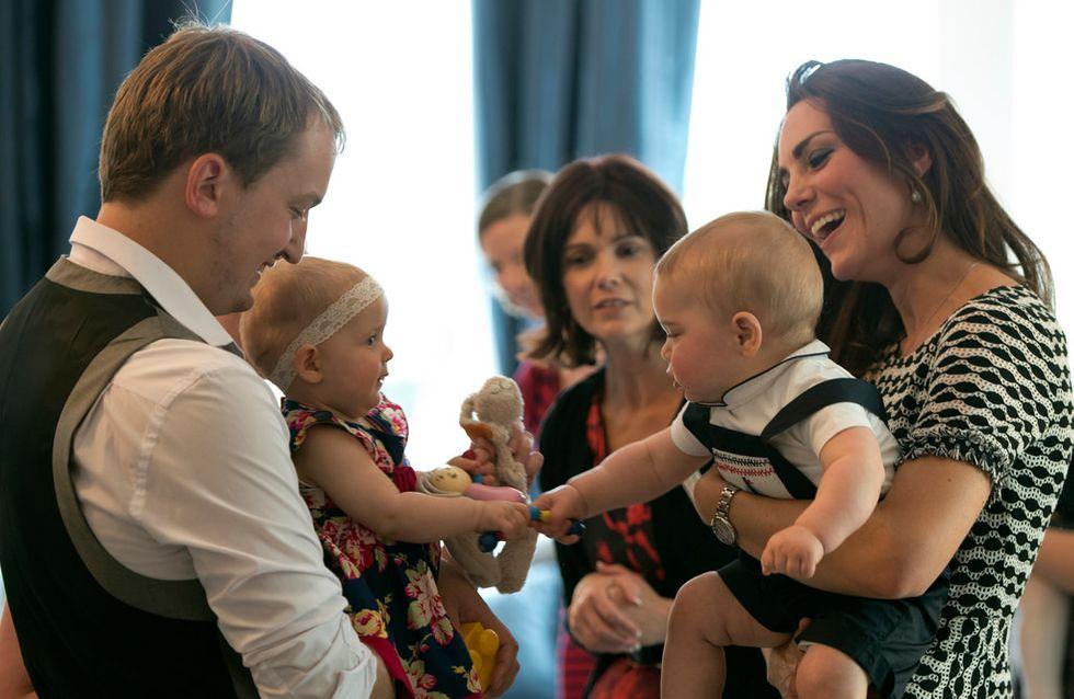 Kate Middleton : Le prince George sympathise avec les bébés néo-zélandais (photos et vidéo)