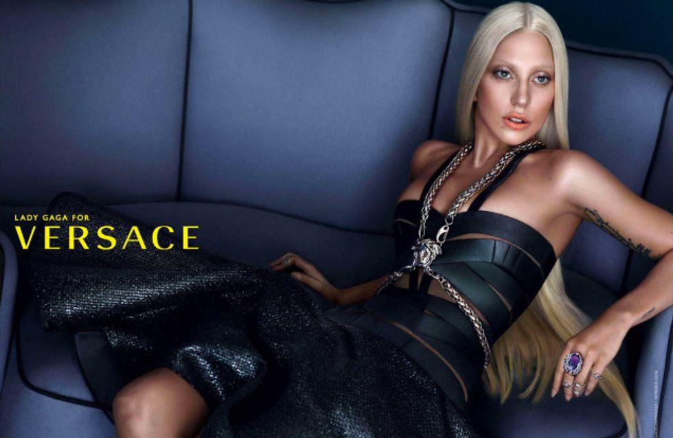 Lady Gaga posa sin maquillar para Versace pero ¡con mucho Photoshop!