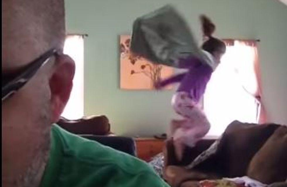 Hilarische video's van de papa van twee kleine meisjes die de dag turbulent beginnen (video)