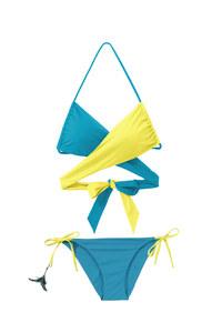 Le maillot de bain Brasil bandeau torsade bicolore (28,90 euros) et la culotte (19,90 euros)