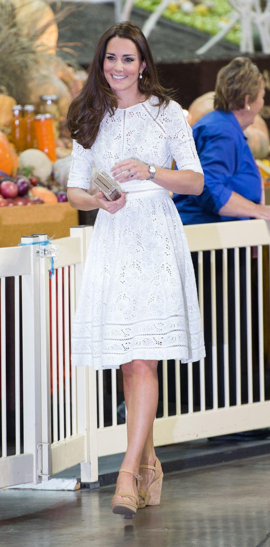Kate Middleton porte une robe blanche Zimmermann le 18 avril 2014
