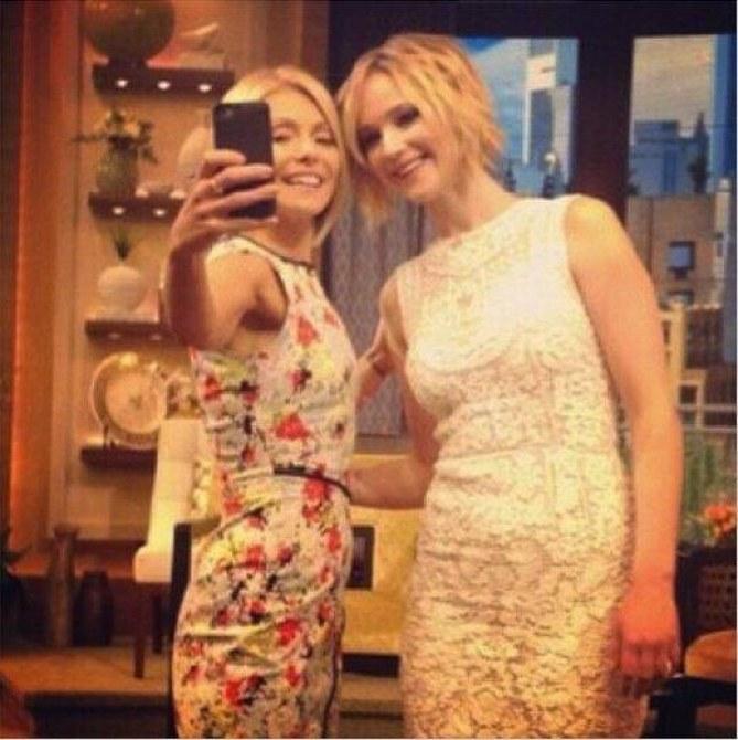 Jennifer Lawrence et Kelly Ripa font un selfie