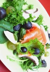 Salat mit Räucherlachs und zweierlei Trauben