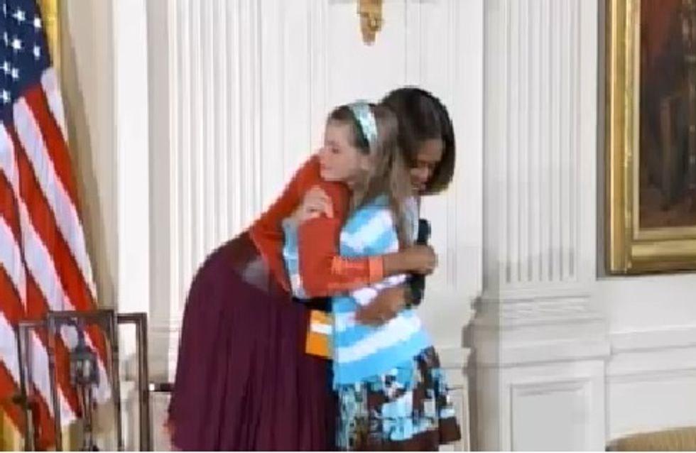 Michelle Obama : Émue par une petite fille qui lui donne le CV de son père au chômage (Vidéo)