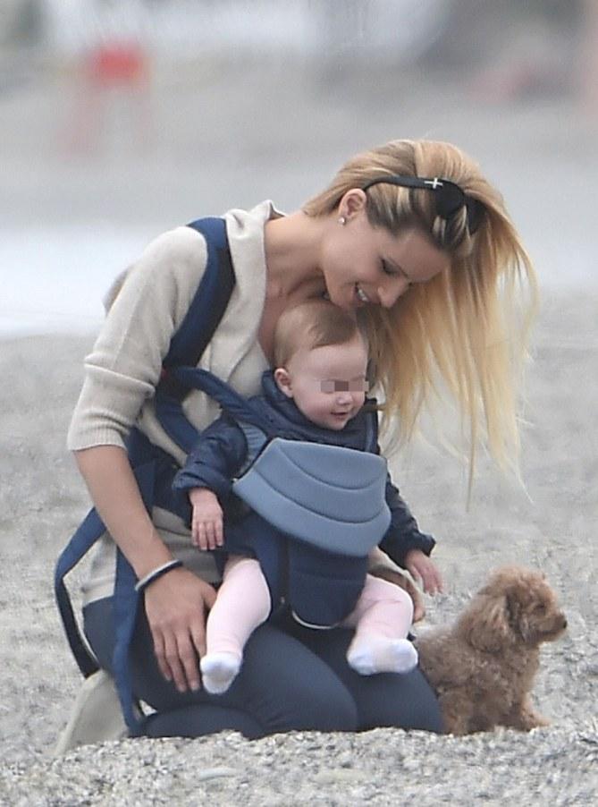 Michelle Hunziker con la figlia Sole e il suo cagnolino
