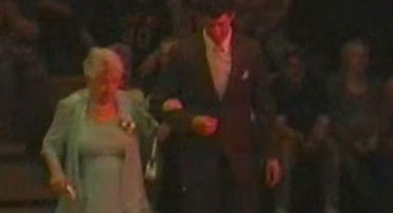 Il invite sa grand-mère à son bal de promo