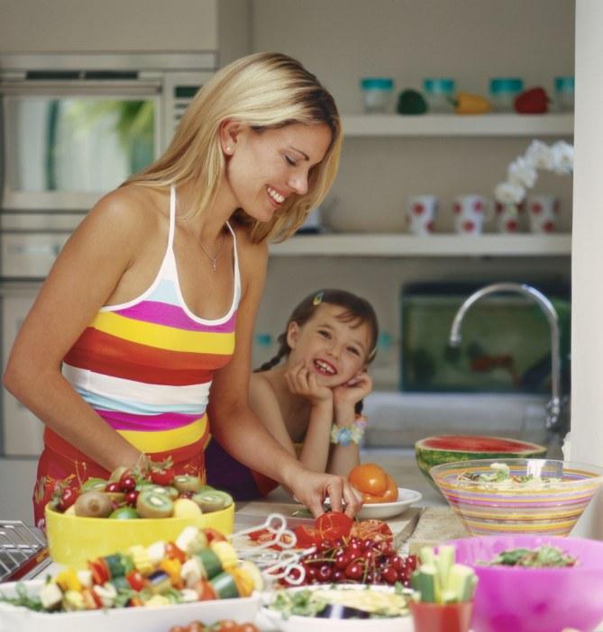 Cucinare verdure con i propri figli li convince a mangiarle