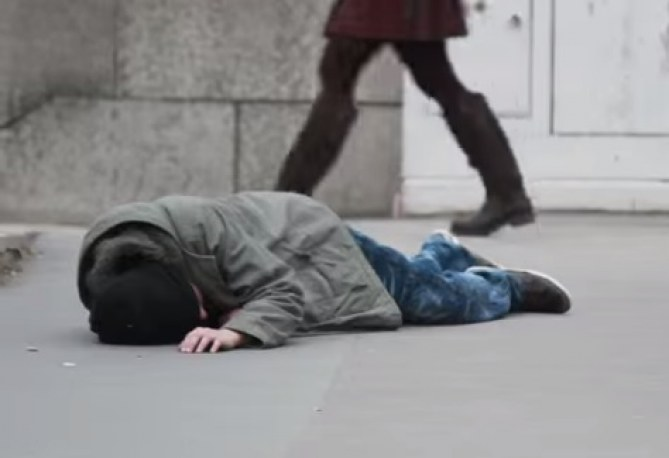 SDF victime de l'indifférence des passants
