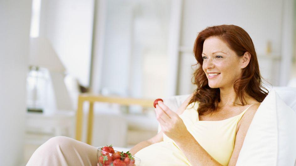Grossesse : Manger devant la télé favoriserait l'obésité infantile