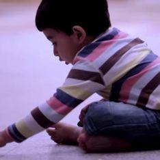Ce petit garçon dessine quelque chose sur le sol… une œuvre qui va vous laisser sans voix (Vidéo)