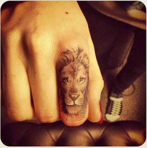 Cara Delevingne tatouage