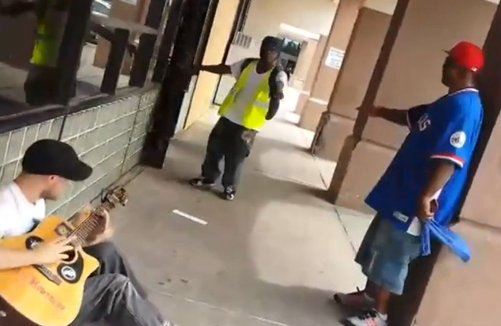 Ein Straßenmusiker wird von zwei Fremden unterbrochen. Ihr glaubt nicht, was dann passiert!