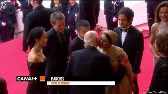 Leila Hatami embrassant Gilles Jacob à Cannes