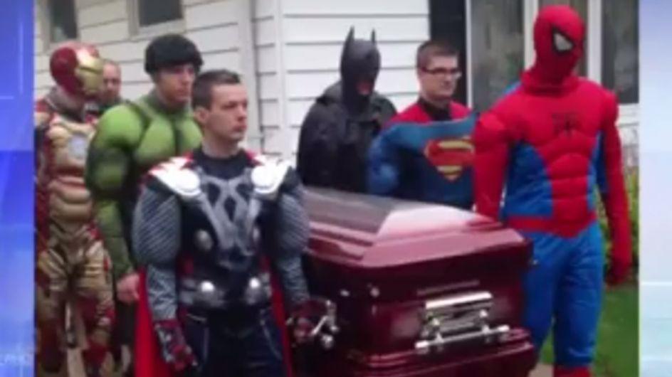 Tragischer Abschied: Superhelden tragen 5-Jährigen zu Grabe!