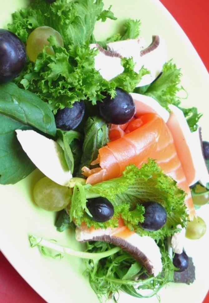 Salade gerookte zalm met druiven en rozijnen