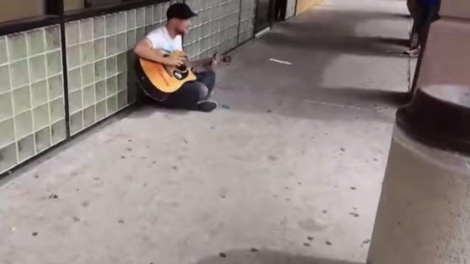 Video/ Incontro di talenti: un musicista di strada improvvisa una jam session con due passanti