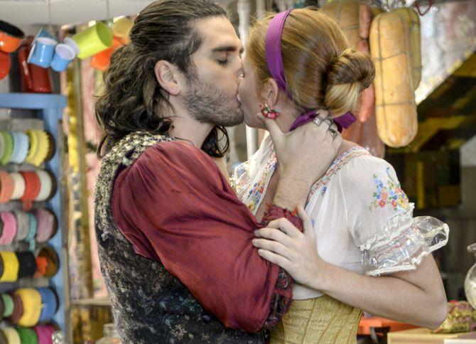 Viramundo e Milita se beijam