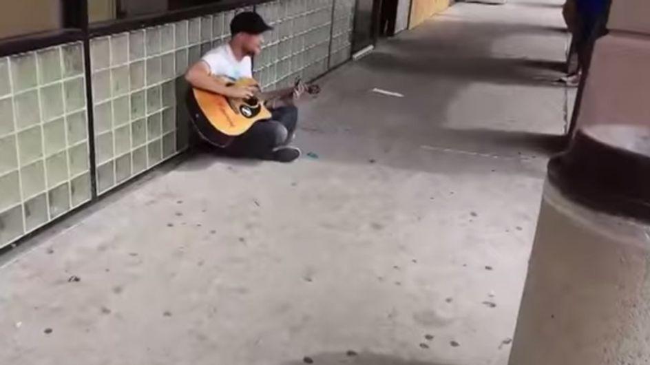 Reunión de talento: Un músico callejero improvisa una jam session y dos desconocidos se unen