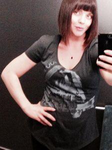 Christina Ricci cache sa grossesse sous un t-shirt sombre