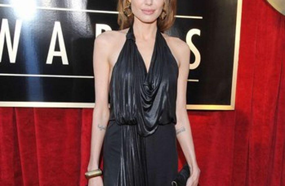 Angelina Jolie bebe a escondidas y pierde el control de sus hijos