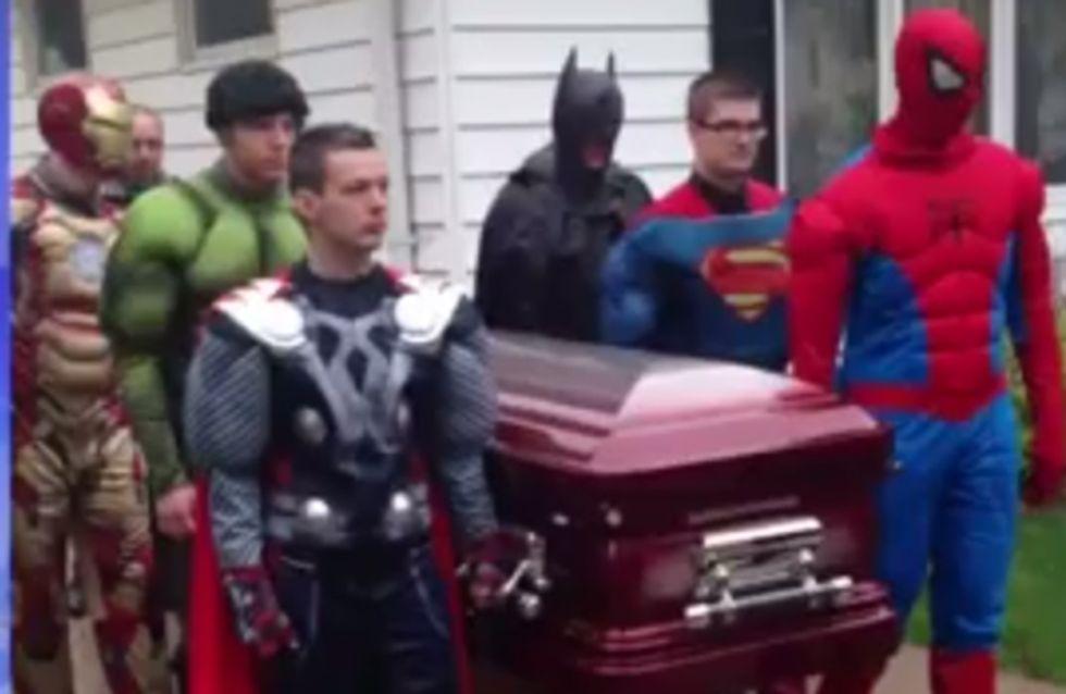 Una familia rinde homenaje a su hijo fallecido vistiéndose de superhéroes