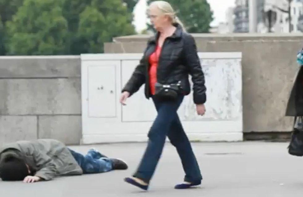 ¿Ayudarías a un hombre que cae tendido en medio de la calle?