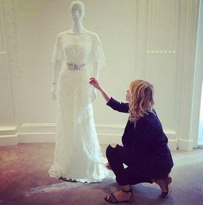Alessia Marcuzzi ammira lo splendido abito da sposa