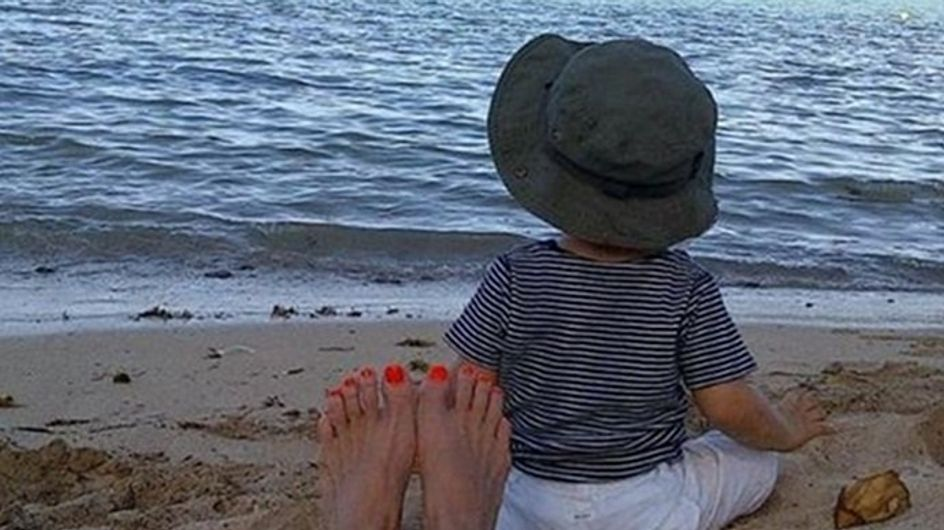 Paulina Rubio descansa en la playa junto a su hijo