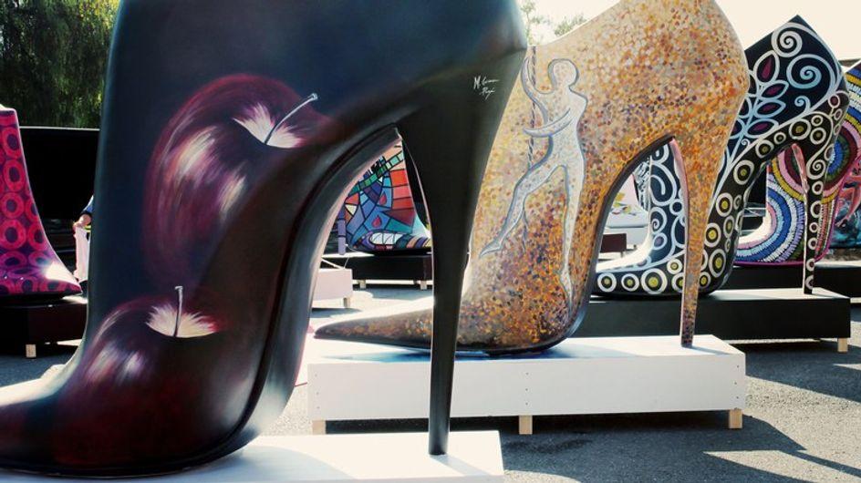 Zapatos gigantes en la calle Serrano