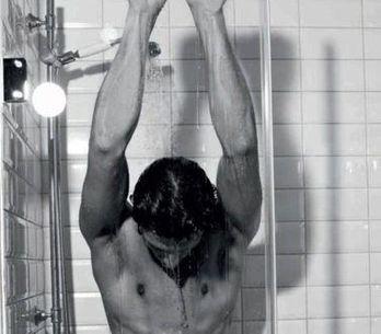 Andrés Velencoso, en calzoncillos y bajo la ducha para D&G