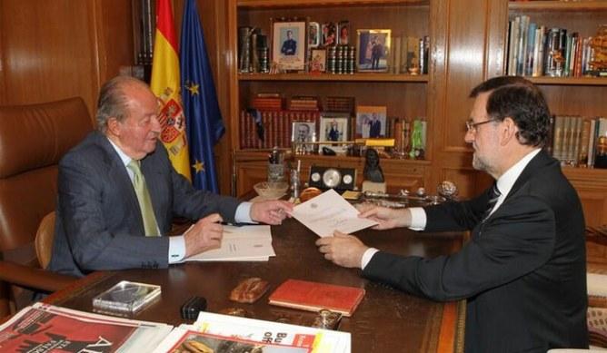 El rey Don Juan Carlos entrega su abdicación a Mariano Rajoy