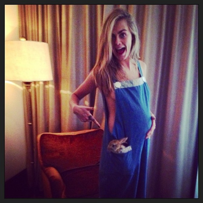 Cara Delevingne affiche son baby bump