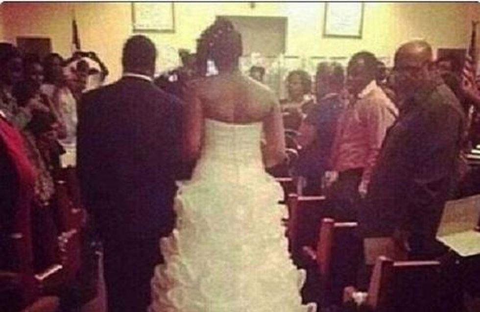 Pour faire participer son bébé au mariage… elle l'attache à la traîne de sa robe !