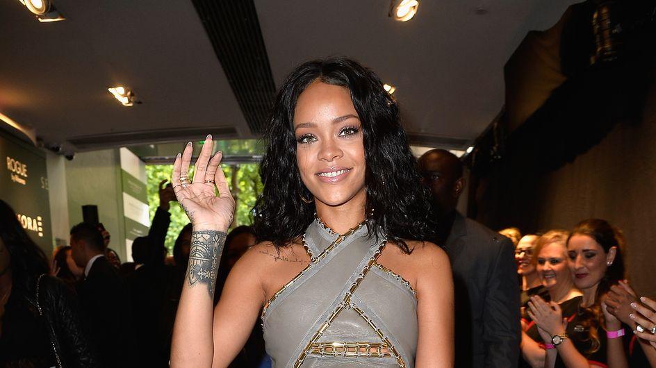 """Rihanna : Un look casual pour présenter son parfum """"Rogue"""" à Paris"""